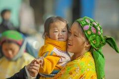 Niños y madre de la minoría étnica Fotos de archivo