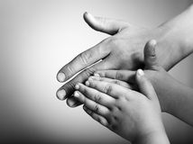 Niños y manos de los adultos Fotos de archivo