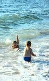 Niños y mar. fotos de archivo