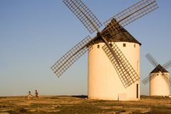 Niños y molinoes de viento Imagen de archivo