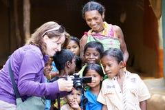 Niños y mujer tribales indios Foto de archivo