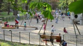 Niños y padres en el patio metrajes