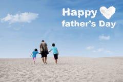 Niños y papá con el texto del día de padre Fotografía de archivo libre de regalías