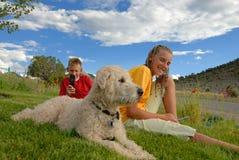 Niños y perro en prado  Fotografía de archivo libre de regalías