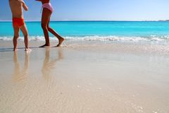 Niños y piernas adolescentes que juegan la playa del Caribe Imagenes de archivo