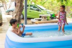 Niños y piscina inflable Imagenes de archivo