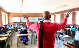Niños y profesor africanos de escuela secundaria imagenes de archivo