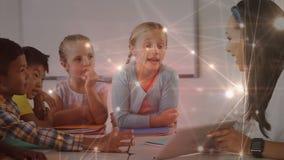 Niños y profesor en la sala de clase con las conexiones de datos almacen de video