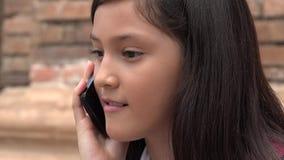 Niños y teléfonos móviles imagenes de archivo