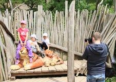 Niños y tigre Imágenes de archivo libres de regalías