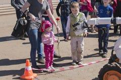 Niños y un minero del robot imagen de archivo