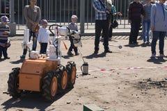 Niños y un minero del robot fotos de archivo