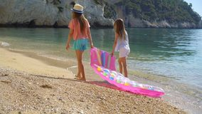 Ni?as que se divierten en la playa tropical durante las vacaciones de verano que juegan junto metrajes