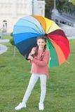 Ni?a debajo del paraguas Arco iris despu?s de la lluvia Optimista y alegre Estilo de la primavera Humor positivo en el otoño lluv imágenes de archivo libres de regalías
