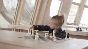 Ni?a hermosa que juega a ajedrez metrajes