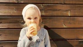 Ni?a linda que come el helado metrajes