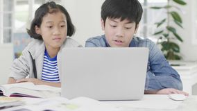 Ni?a linda y muchacho joven que juegan en videojuego competitivo en smartphones y la tableta, almacen de metraje de vídeo