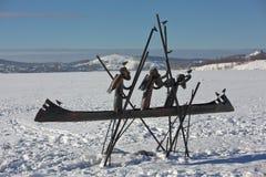 NIŽNIJ TAGIL, REGIONE DI SVERDLOVSK, RUSSIA - 16 FEBBRAIO 2016: Foto dei pionieri della scultura sul Chusovaya Immagine Stock