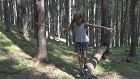 Ni?o en Forest Walking Tree Log Kid que juega la madera al aire libre de la muchacha de la aventura que acampa metrajes