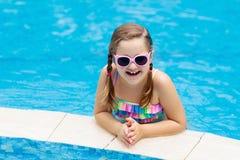 Ni?o en piscina Vacaciones de verano con los ni?os imagen de archivo