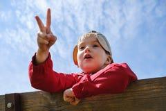 Ni?o feliz del muchacho del ocio de la ni?ez que juega al juego del piedra papel o tijera en parque fotos de archivo libres de regalías