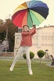 Ni?o optimista Accesorio colorido para el humor alegre Parque que camina del pelo largo alegre del ni?o de la muchacha con el par imagen de archivo