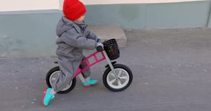 Ni?o peque?o en una bicicleta almacen de video