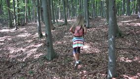 Ni?o que camina en el bosque, naturaleza al aire libre del ni?o, muchacha que juega en aventura que acampa metrajes