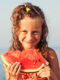 Ni?o que come la sand?a fotografía de archivo libre de regalías