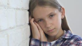 Ni?o triste, ni?o infeliz, muchacha enferma enferma en la depresi?n, persona pensativa subrayada almacen de video