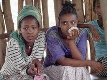 Ni?os et?opes en el norte del pa?s ocultado en una choza, Etiop?a foto de archivo