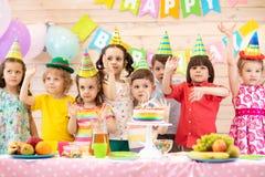 Ni?os felices que celebran d?a de fiesta del cumplea?os imagen de archivo