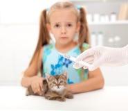 Niña asustada para su gatito Fotografía de archivo libre de regalías