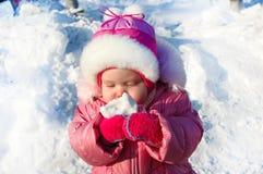 Niña bonita en prendas de vestir exteriores del invierno. Imagen de archivo