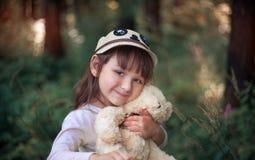 Niña con el oso de peluche Imagen de archivo libre de regalías