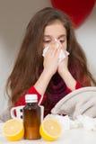 Niña con gripe, frío o fiebre en casa Imágenes de archivo libres de regalías