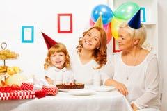 Niña con la madre y la abuelita en cumpleaños Imagenes de archivo