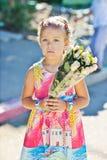 Niña con las flores Fotos de archivo libres de regalías