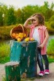 Niña con una cesta de manzanas Imagen de archivo libre de regalías