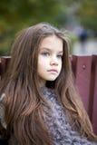 Niña de Beautifal en el parque del otoño Imagenes de archivo