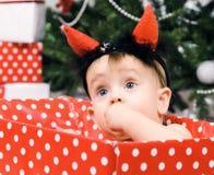 Niña de la Navidad con el claxon Foto de archivo