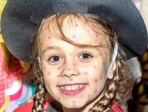 Niña en el traje de la mariquita para el maskenball de la escuela Imágenes de archivo libres de regalías