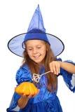 Niña en traje de la bruja con la calabaza Foto de archivo libre de regalías