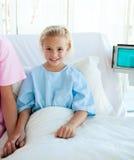 Niña enferma en una cama de hospital Fotografía de archivo libre de regalías