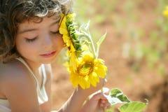 Niña hermosa en un campo del girasol del verano Fotografía de archivo libre de regalías