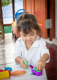 Niña linda del niño que juega con la arcilla Foto de archivo libre de regalías