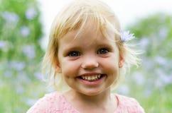 Niña linda en un vestido rosado que sonríe en parque Foto de archivo libre de regalías
