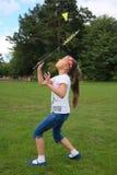 Niña linda que juega al bádminton al aire libre Imagen de archivo libre de regalías