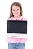 Niña linda que sostiene el ordenador portátil con la pantalla en blanco aislada en wh Imagen de archivo