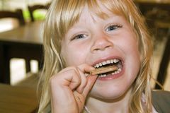 Niña que come una torta Imagen de archivo libre de regalías